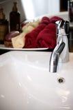 Lavandino pulito e moderno con il bagno dei rifornimenti Fotografie Stock