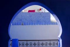 Lavando attraverso l'arco, Chefchaouen, Marocco Fotografia Stock Libera da Diritti