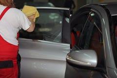 Lavando e limpando o carro e seus acessórios Fotografia de Stock Royalty Free
