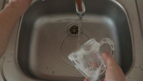 Lavando i piatti nel lavandino a casa
