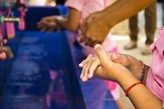 Lavando a mano, insegnanti che le scuole stanno insegnando ai bambini a lavare Fotografia Stock