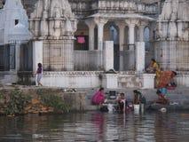 Lavando nel lago, Udaipur India Fotografie Stock