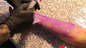 Lavando o esboço da tatuagem do braço