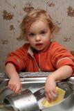 Lavando os pratos imagem de stock