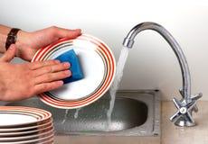 Lavando os pratos Imagens de Stock Royalty Free