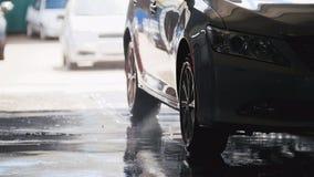 Lavando um carro nos Sul pela água hoses, mostram em silhueta Imagem de Stock