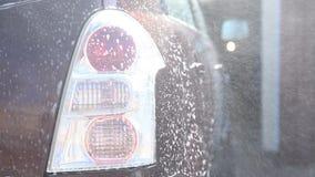 Lavando um carro sujo com espuma video estoque