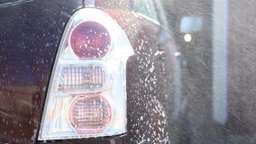 Lavando um carro sujo com espuma filme