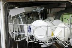 Lavaplatos con los platos sucios Fotografía de archivo libre de regalías