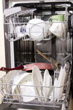 Lavaplatos con los platos sucios Foto de archivo libre de regalías