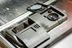 Lavaplatos con los platos sucios Polvo, tableta del lavaplatos y rin Imagenes de archivo