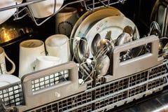 Lavaplatos con los platos sucios Polvo, tableta del lavaplatos y rin Imagen de archivo