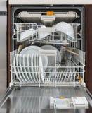 Lavaplatos integrado con el dishware en una cocina Aparatos electrodomésticos imagen de archivo