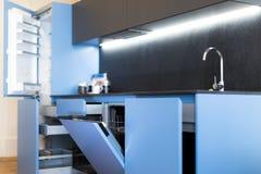 Lavaplatos y cajones aptos de la cocina Fotografía de archivo