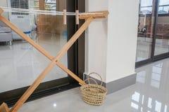 Lavar alinha com o pregador de roupa de madeira na cesta do rattan fotos de stock