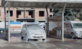 Lavar el coche con espuma en un fregadero del autoservicio Foto de archivo
