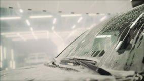 Lavar el coche con espuma Túnel de lavado con el jabón almacen de video