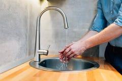 Lavar las manos mantiene bacterias ausentes fotografía de archivo libre de regalías