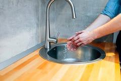 Lavar las manos mantiene bacterias ausentes imagenes de archivo