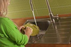 Lavar los platos Foto de archivo libre de regalías