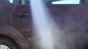 Lavar un coche sucio con espuma almacen de metraje de vídeo