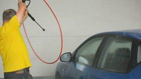 Lavare automobile con il concetto di self service del getto di acqua stock footage