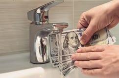 Lavare e di soldi in lavandino Fotografie Stock