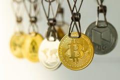 Lavare e di soldi Le monete di Bitcoin di riciclaggio di denaro sono andato in giro per asciugarsi fotografie stock libere da diritti