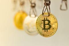 Lavare e di soldi Le monete di Bitcoin di riciclaggio di denaro sono andato in giro per asciugarsi immagini stock libere da diritti