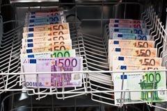 Lavare e di soldi nella lavapiatti Fotografia Stock Libera da Diritti