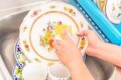 Lavare i piatti nel lavandino di cucina Immagine Stock Libera da Diritti