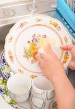 Lavare i piatti nel lavandino di cucina Fotografia Stock Libera da Diritti