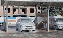 Lavare l'automobile con schiuma in un lavandino di self service Fotografia Stock