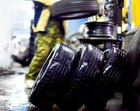 Lavare le ruote dell'automobile Immagini Stock Libere da Diritti
