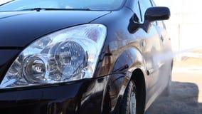 Lavare un'automobile sporca con schiuma video d archivio