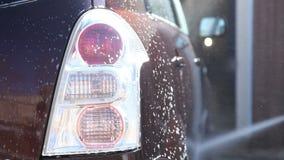 Lavare un'automobile sporca con schiuma stock footage