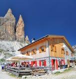 Lavaredo瑞士山中的牧人小屋- Tre Cime di Lavaredo 库存照片