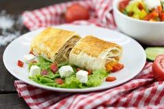 Lavash滚动与集会、菜和乳酪供食与绿色 图库摄影