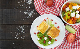 Lavash滚动与集会、菜和乳酪供食与绿色 库存图片