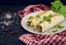 Lavash滚动用肉、菜和乳酪供食与绿色 免版税库存图片