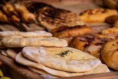 Lavash plano cocido del pan con las especias y los diversos dulces de azúcar en el fondo fotos de archivo libres de regalías