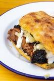 Lavash z mięsem, cebulami i majonezem na talerzu, zdjęcia royalty free