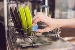 Lavastoviglie con i piatti sporchi Polvere, compressa di lavatura dei piatti e rin Fotografia Stock