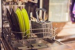 Lavastoviglie con i piatti sporchi Polvere, compressa di lavatura dei piatti e rin Fotografia Stock Libera da Diritti