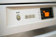 Lavastoviglie nella funzione, interruttore on-off sul fuoco immagini stock libere da diritti