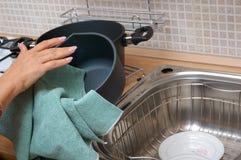 Lavata sui piatti nella cucina Fotografia Stock