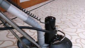 Lavatrice del tappeto dell'hotel - servizio di pulizia dell'hotel stock footage