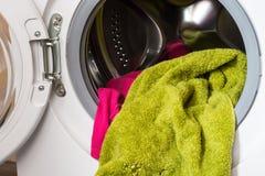 In lavatrice l'agnello ha caricato la lavanderia per lavare immagine stock libera da diritti
