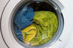 In lavatrice l'agnello ha caricato la lavanderia per lavare immagine stock