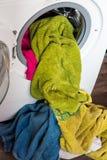 In lavatrice l'agnello ha caricato la lavanderia per lavare fotografia stock